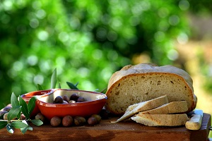 Algarve bread and olives