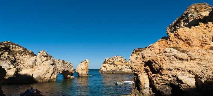 Falésias e grutas em Lagos, no Algarve