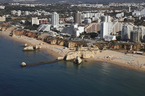 Portim  227 o is one of the Algarve s most populous towns with a pleasant